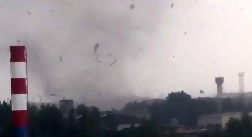 Вижте ужасяващите кадри от мощното торнадо, което разкъса руски град (ВИДЕО)