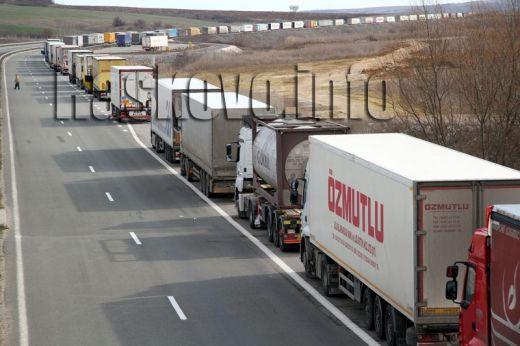 """12-километрова опашка от камиони на """"Капитан Андреево"""" , катастрофа затвори магистралата"""
