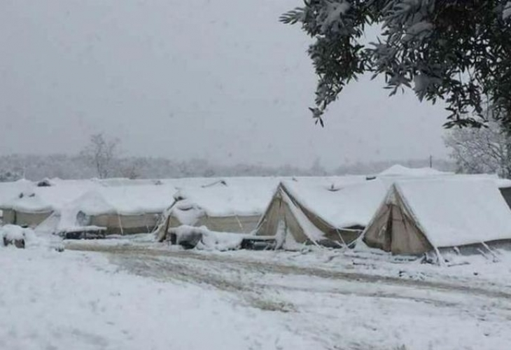 Снежен ад за бежанците в Гърция, ето при какви условия живеят (СНИМКИ)