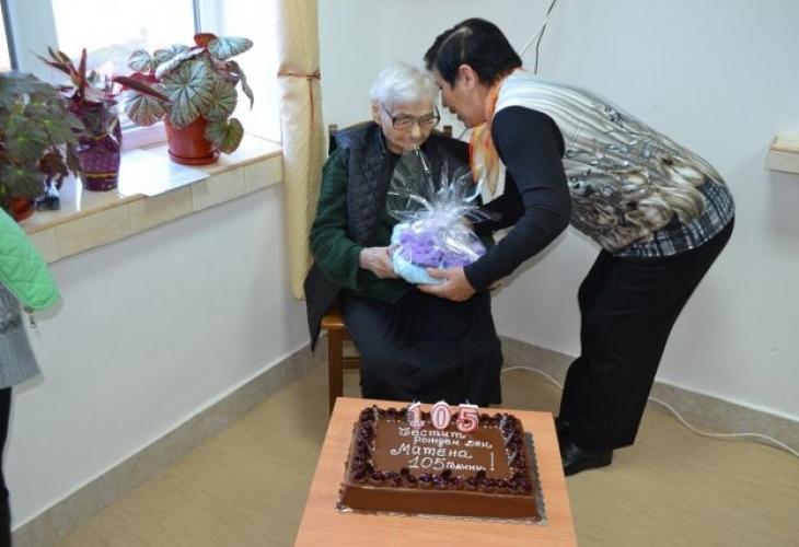 Най-старата българка Баба Матена подкара 108 с шипково вино
