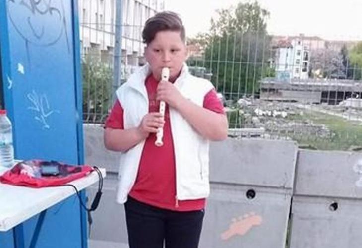 Историята на 11-годишния Сашо от Пловдив разтърси Фейсбук! Момчето свири на улицата, за да събере пари за болното си братче