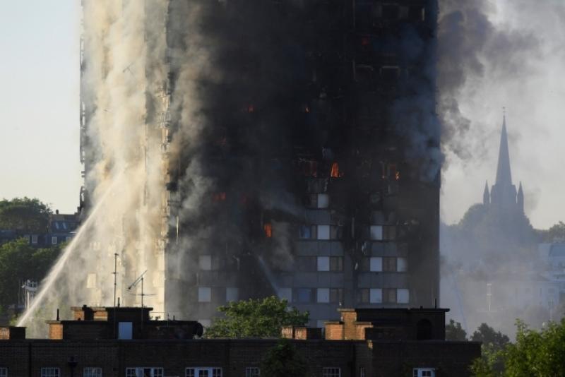 Ужасът в Лондон! Ето има ли пострадали българи! Хората скачат от горящата сграда, писъци раздират дима, от който има много натровени