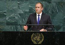 От най-голямата световна трибуна българският президент Румен Радев призова за действие в период, в който по думите му светът е изправен пред невиждани предизвикателства. Радев говори за световните конфликти, като изтъкна нуждата от цялостен подход на ООН. Той посочи, че страната ни подкрепя стратегията дипломация за мир, като наблегна над ролята на превенцията и медиацията. Президентът коментира и ситуацията в Източна Украйна, като повтори позицията на България за бързо и пълно прилагане на споразуменията от Минск, които по думите му нямат осъществима алтернатива. Пред световната общност Радев заклейми продължаващите тестове на ракети от Северна Корея и призова Пхенян да спре ядрената си програма. Президентът изложи и позицията на България по въпроса за ядрените оръжия като изтъкна ангажиментите на страната ни към Споразумението за неразпространения на ядрените оръжия. По въпроса за Сирия държавният глава заяви, че политически диалог под ръководството на ООН е единственият възможен начин за подобряване на ситуацията в Сирия. Румен Радев спомена и историческо значимото споразумение за ядрената програма на Иран от 2015 г., като каза, че прилагането му е от изключителна важност за регионалната и глобалната сигурност, съобщава БНР. По време на изказването президентът даде да се разбере, че що се отнася до миграцията страната ни прилага балансиран подход, който включва спазване на международните хуманитарни норми и ефективното опазване на границите. Радев поясни, че тази сесия на ООН е специална за страната ни, тъй като е в навечерието на българското председателство на Съвета на ЕС Прочети повече в Blitz.bg: https://www.blitz.bg/politika/prezidentt-radev-s-rech-ot-nay-golyamata-svetovna-tribuna-snimki_news545009.html