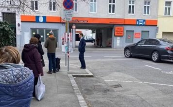 Канцлерът на Австрия чака пред аптека. Без гавази, без охрана като нашите властници