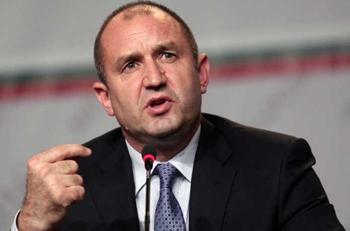 Радев: Пред очите на българите властта търгува Конституцията. Раздава плажове, пари и постове